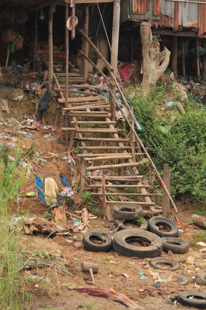 Treppe zu einer Huette am Sangker Fluss