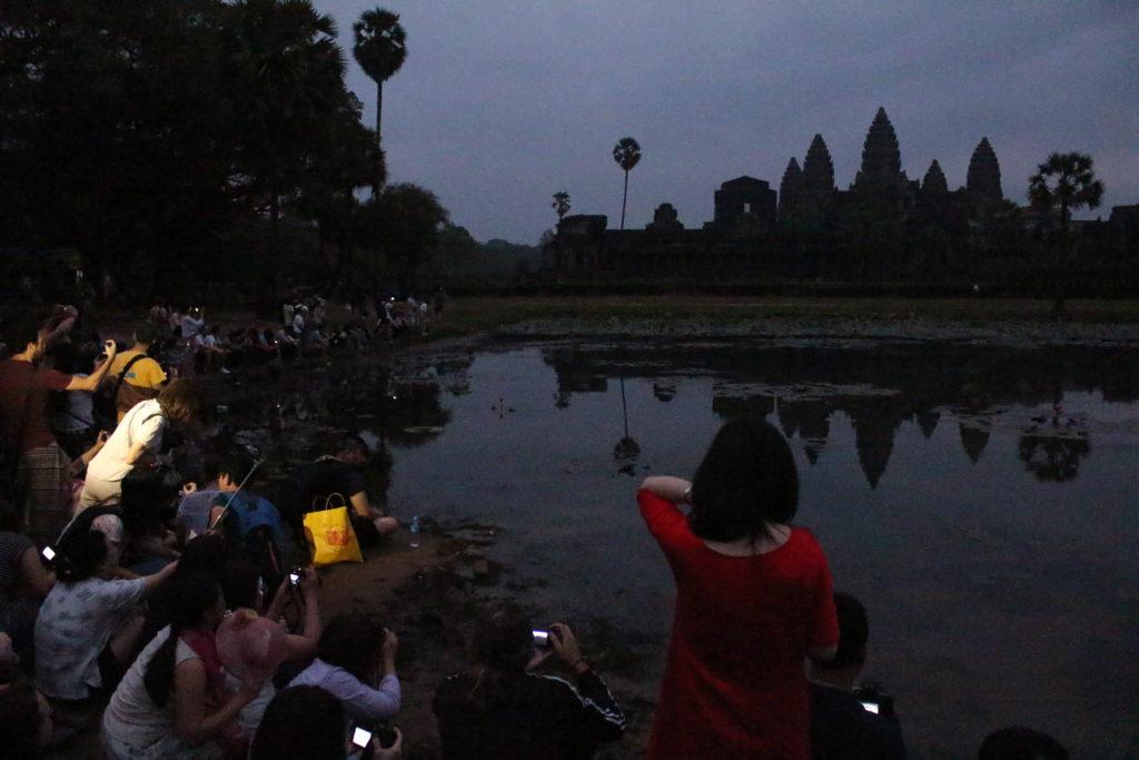 Touristen warten auf den Sonnenaufgang in Angkor Wat