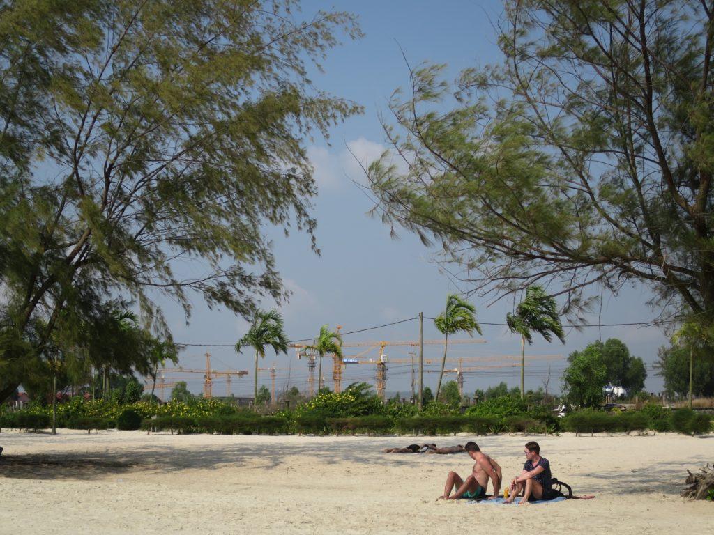 Chinesische Baukraehne am Otres Beach