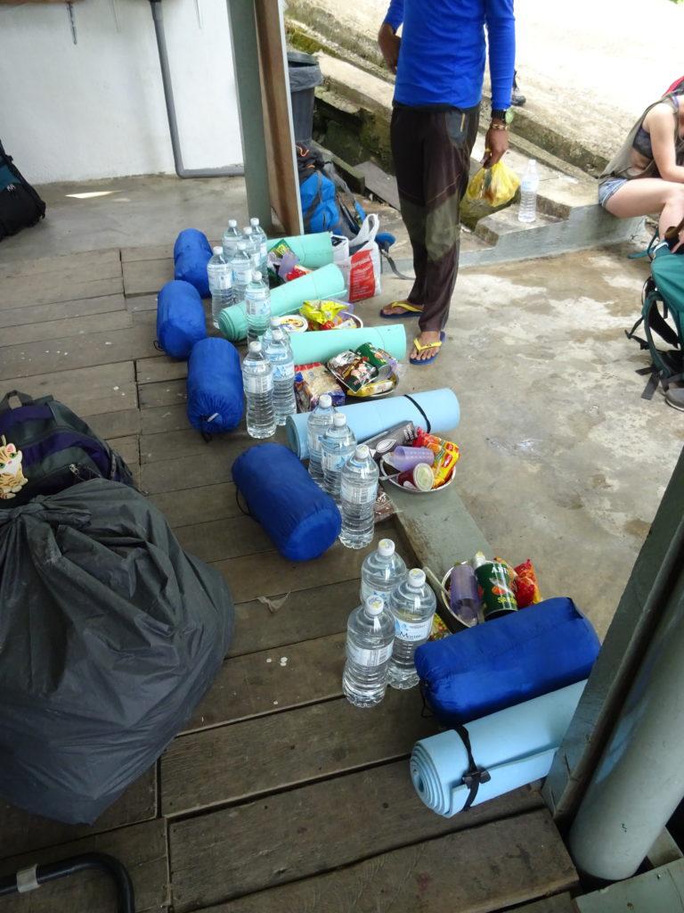 Verteilung der Vorraete fuer die Wanderung in den Taman Negara
