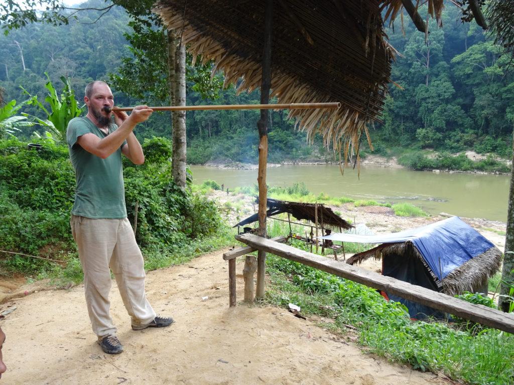 Blasrohrschiessen in einem Dorf der Orang Asli