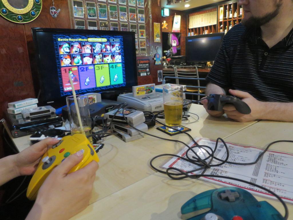 Gemuetlicher Abend in einer Gamebar in Osaka
