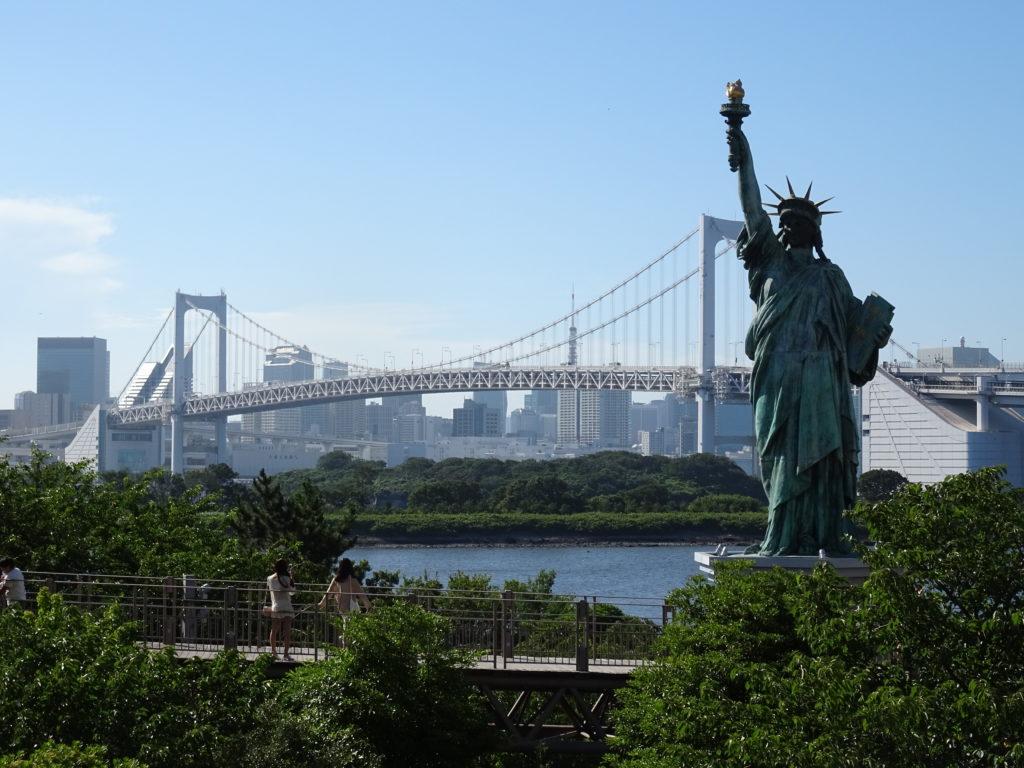 Freiheitsstatue und Rainbow Bridge in Odaiba