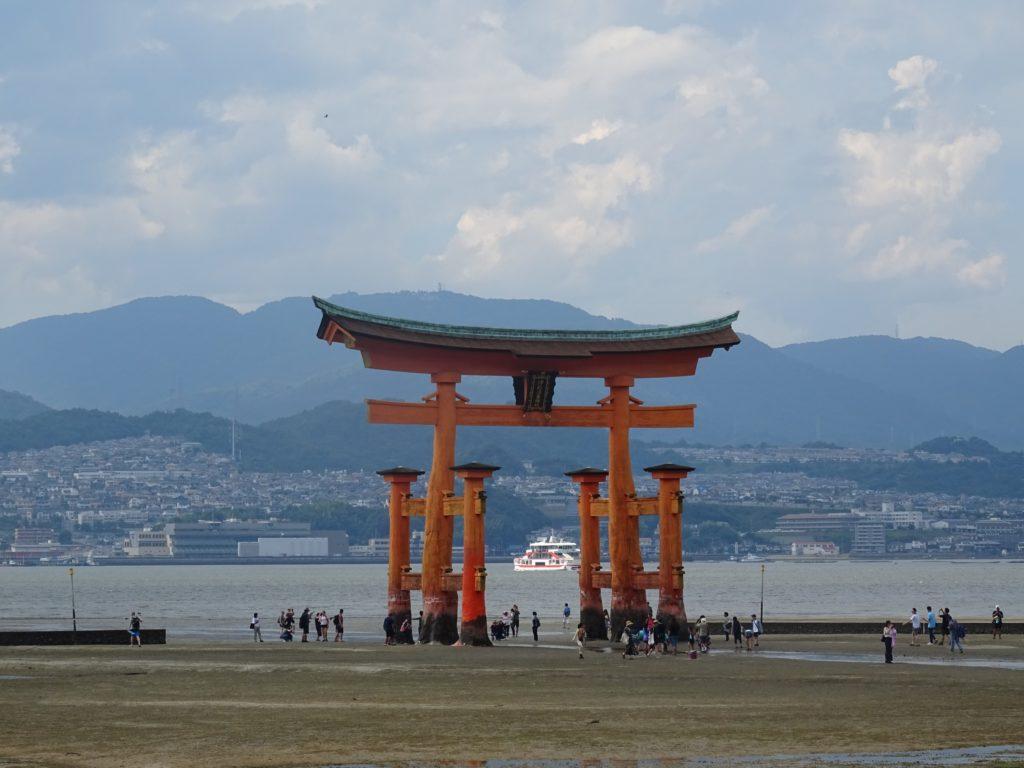 O-torii auf Miyajima bei Ebbe