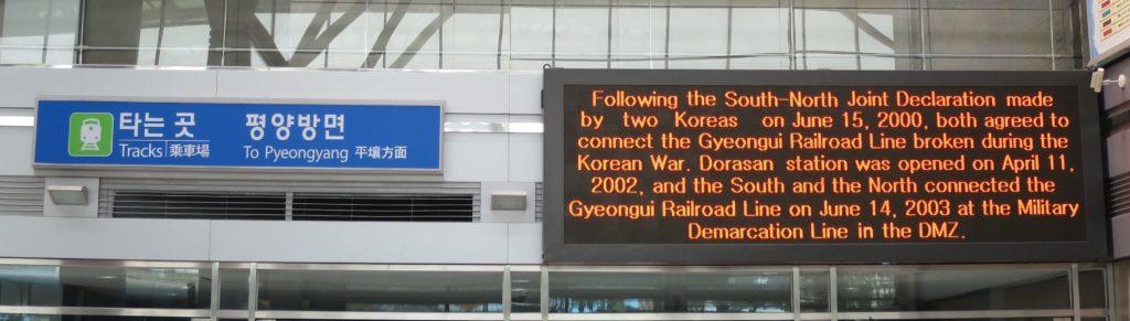 Schilder in der Dorasan Station an der Grenze zu Nordkorea